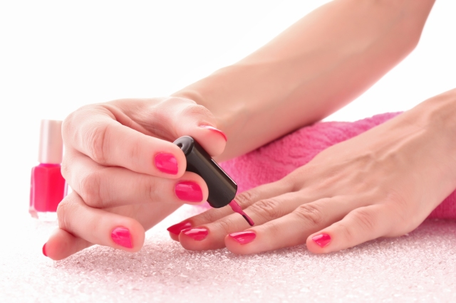 apply-nail-polish1