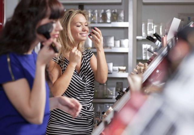 mulheres-se-maquiando-na-farmacia-28674
