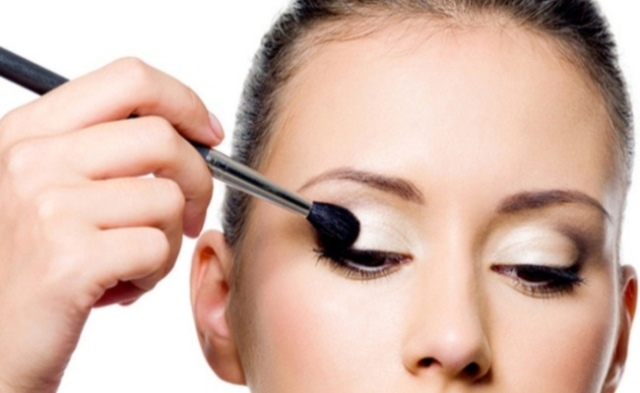 Applying-eye-shadow-Correctly