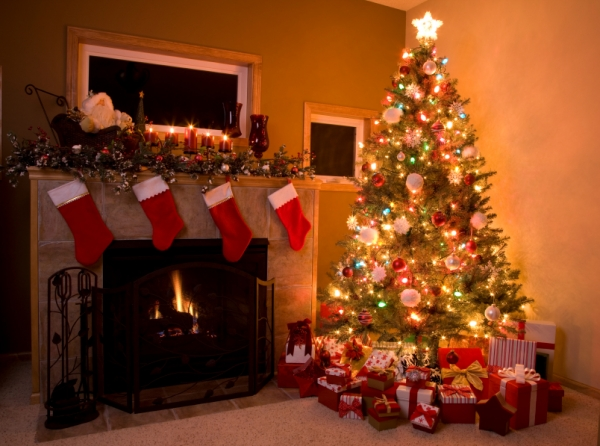 Traditional-Christmas-Tree-Setting-with-fireplace1
