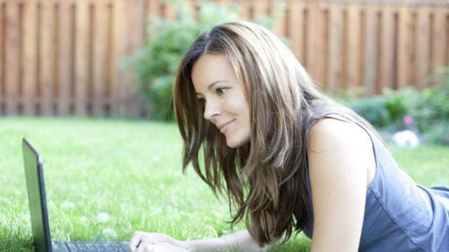 woman-on-grass-on-laptop-136394006970803901-141029151835