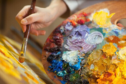 Mãos-segurando-um-pincel-e-uma-paleta-para-pintar - A pintura como terapia - blog pitacos e achados