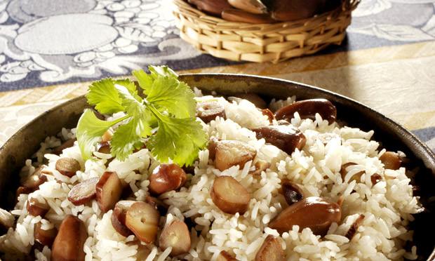 receita-arroz-com-pinhao-Confira 5 receitas de pinhão para você fazer em casa-pitacos-e-achados
