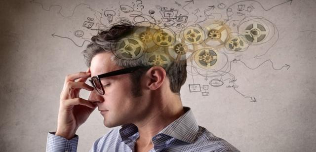hombre-pensando - Bloquear informações irrelevantes é um sinal de um cérebro mais eficiente - pitacoseachados1