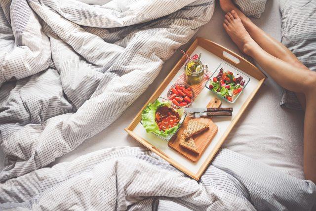 adult-bed-bread-5 decisões erradas que acabam prejudicando nossa saúde @PITACOSEACHADOS.jpg