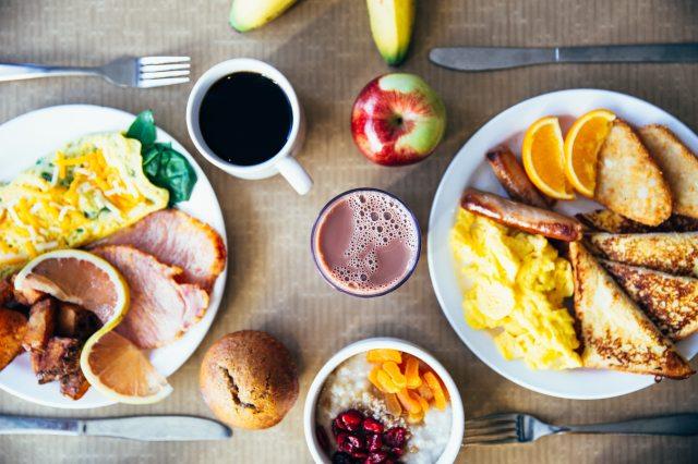 bread-breakfast-coffee-5 decisões erradas que acabam prejudicando nossa saúde @PITACOSEACHADOS.jpg