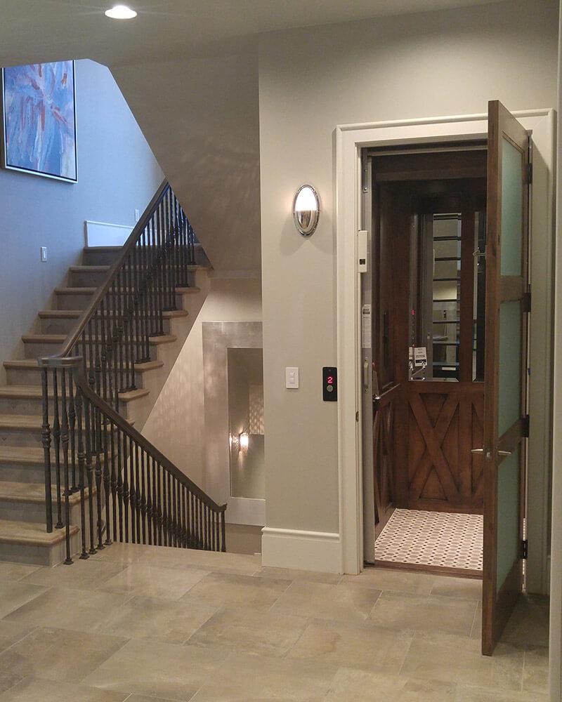Elevador residencial decorando ambientes: uma extensão da casa