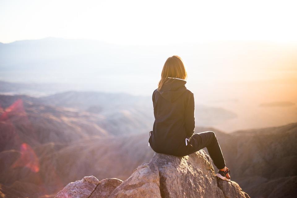 https://pixabay.com/pt/photos/pessoas-mulher-viagens-aventura-2591874/
